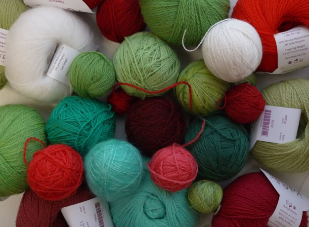 red green yarn 067