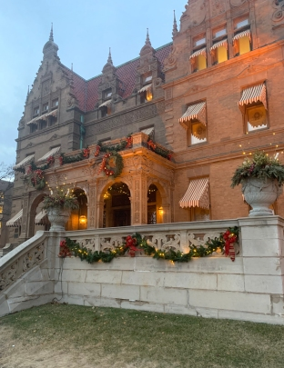 2019 christmas pabst mansion facade 4874
