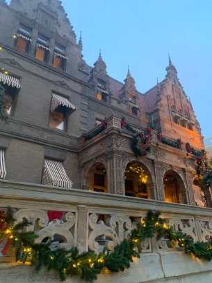2019 christmas pabst mansion facade 4884