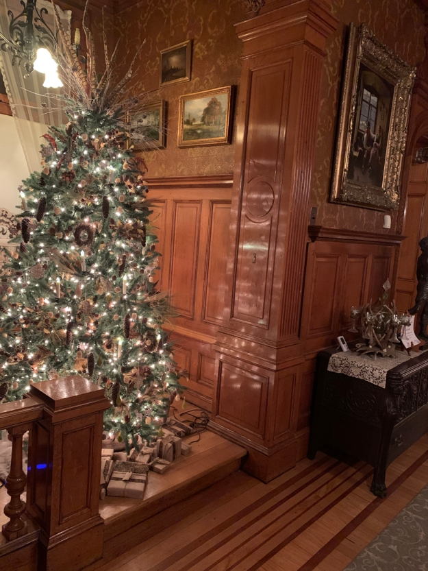 2019 christmas pabst mansion musicians nook hallway 4954